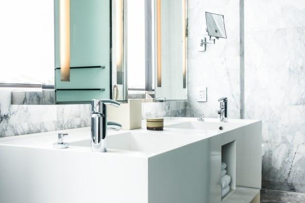 Polaganje keramičnih ploščic lahko spremeni izgled kopalnice