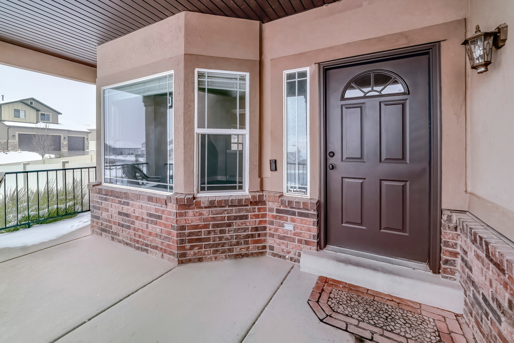 Kakšne prednosti prinašajo lesena masivna vrata?